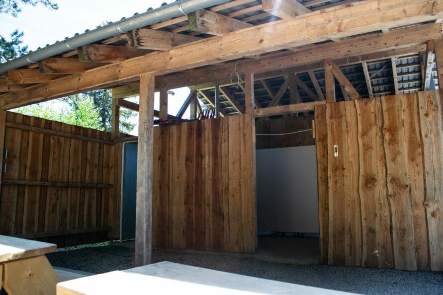 Eine zweite Sanitärhütte auf dem Campingplatz im Südschwarzwald